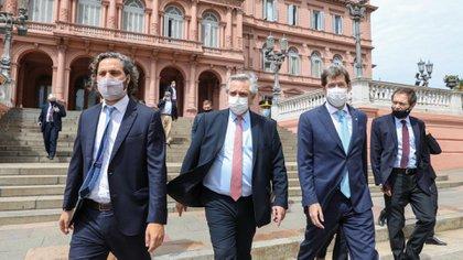 Santiago Cafiero, Alberto Fernández, Juan Pablo Biondi y Gustavo Béliz salen de la Casa Rosada y caminan hacia el CCK (Foto: Presidencia)
