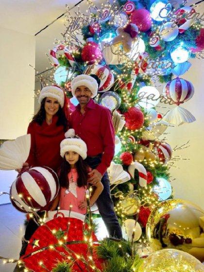 El árbol de navidad de la familia Derbez (Foto: Instagram @alexrosaldo)