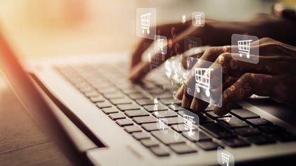 Hay que considerar que en las redes sociales, los usuarios pueden encontrar páginas falsas, anuncios fraudulentos o enlaces maliciosos en los comentarios.