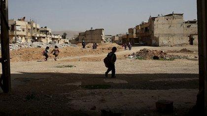 Niños sirios intentan seguir con sus vidas en Deir Hafer (Reuters)