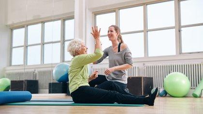 Un entrenador personal puede ayudar a mejorar la motivación, a cualquier edad (Istock)