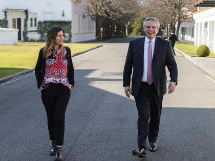 Fernanda Raverta, titular de Anses, y Alberto Fernández