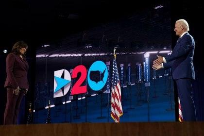 El candidato presidencial del partido demócrata Joe Biden felicita a su compañera de fórmula Kamala Harris después de que ella pronunció su discurso aceptando la nominación a la vicepresidencia demócrata.  Foto: REUTERS / Kevin Lamarque