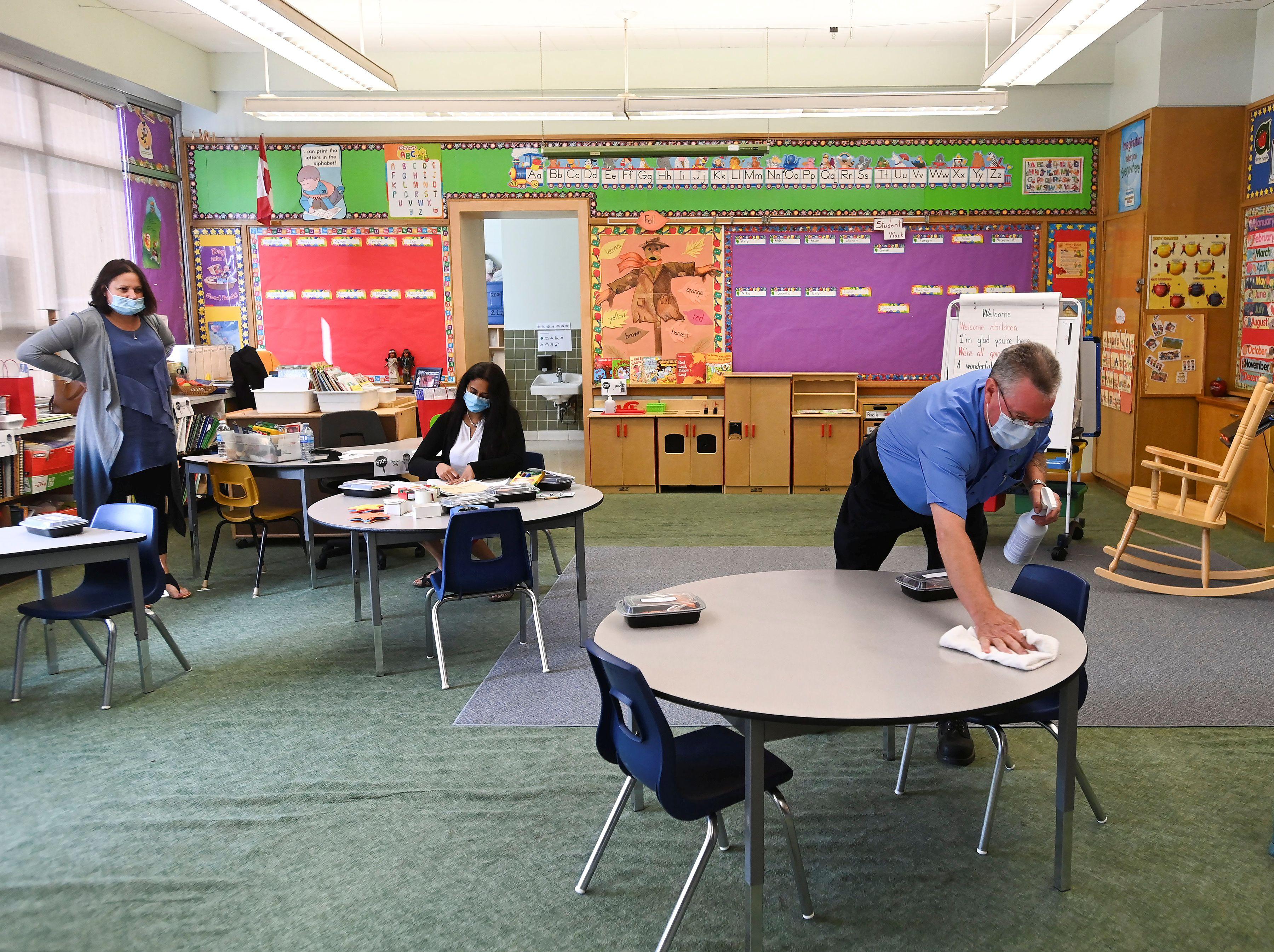 Un empleado de una escuela de Scarborough, Ontario, Canada, limpia las superficies que los docentes y alumnos utilizan -  Nathan Denette/Pool via REUTERS