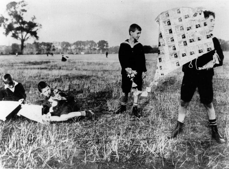 Niños alemanes jugando barriletes fabricados con marcos alemanes: escenas de hiperinflación en la república de Weimar