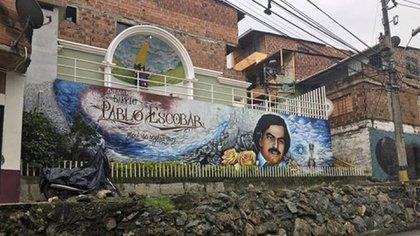 En la década delos 80's, Pablo Escobar reclutó a jóvenes en la comuna 13 para formar una red de sicariato, y construyó un barrio en un antiguo basurero quehoy lleva su nombre.