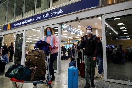 Los porteños que llegan a Ezeiza son obligados a aislarse en hoteles (Foto de archivo)
