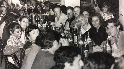 Cena de clausura del Sudamericano 1979. Senna aparece en la punta derecha sonriendo. Sobre la izquierda, el chico que mira hacia la cámara es Henry Martin. (Archivo Henry Martin)
