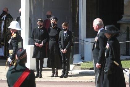Lady Louise Windsor junto a Sophie, condesa de Wessex, y James Viscount Severn
