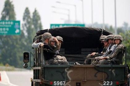 Soldados surcoreanos viajan cerca de la zona desmilitarizada (DMZ) que separa las dos Coreas, en Paju, Corea del Sur (REUTERS/Kim Hong-ji)