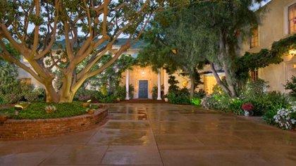 Una de las últimas adquisiciones de Taylor Swift fue esta residencia clásica de Beverly Hills (TopTenRealEstateDeals.com)