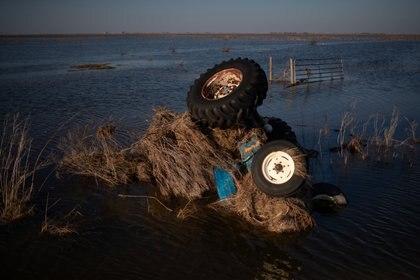 Se ve un tractor sumergido en aguas de inundación después del huracán Delta en Creole, Louisiana, EE.UU., el 10 de octubre de 2020. REUTERS/Adrees Latif