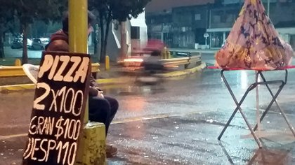 Bruno, detrás del poste de luz, en la foto que se volvió viral en Tucumán