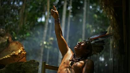En esta foto de archivo tomada el 21 de septiembre de 2017, el Jefe Marcelino Apurina, de la aldea de Novo Paraíso, hace gestos mientras habla cerca de Lábrea, en la región deel Amazonas Occidental de Brasil. (Foto de CARL DE SOUZA / AFP)