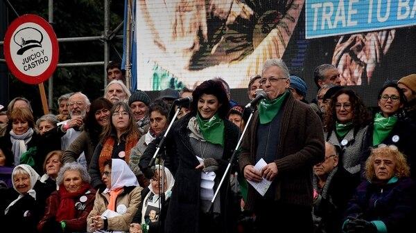 Carolina Papaleo y Gerardo Romano leyeron el documento (foto Nicolás Stulberg)