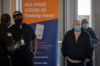 Personas aguardan en fila para someterse al examen COVID-19 en Staten Island Ferry Terminal, New York - REUTERS/Brendan McDermid