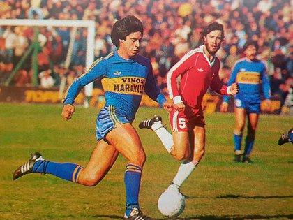 """Jorge """"el Potro"""" Domínguez con la camiseta de Boca auspiciada por Vinos Maravilla -quien pagaba el 90% de los sueldos del plantel-. El 5 de Argentinos era Checho Batista."""