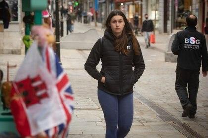 Una chica camina sin mascarilla en el territorio de Gibraltar (Marcos Moreno - Europa Press)
