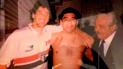 Festa con Maradona y Próspero Cónsoli, justo antes de compartir un entrenamiento juntos
