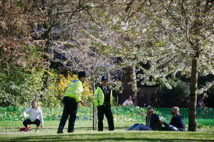 El gobierno permite una hora de actividades al aire libre, siempre que se respeten las normas de distanciamiento social (Reuters)