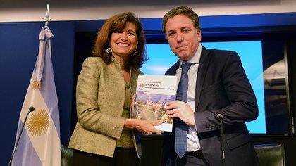 El ministro de Hacienda, Nicolás Dujovne, junto a la directora de la OCDE, Gabriela Ramos