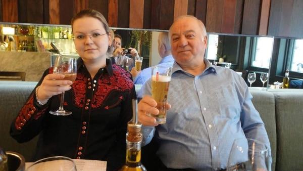 Sergei Skripal, junto a su hija Yulia. Ambos fueron envenenados en Salisbury, Reino Unido, donde vivían desde que debieron abandonar Rusia