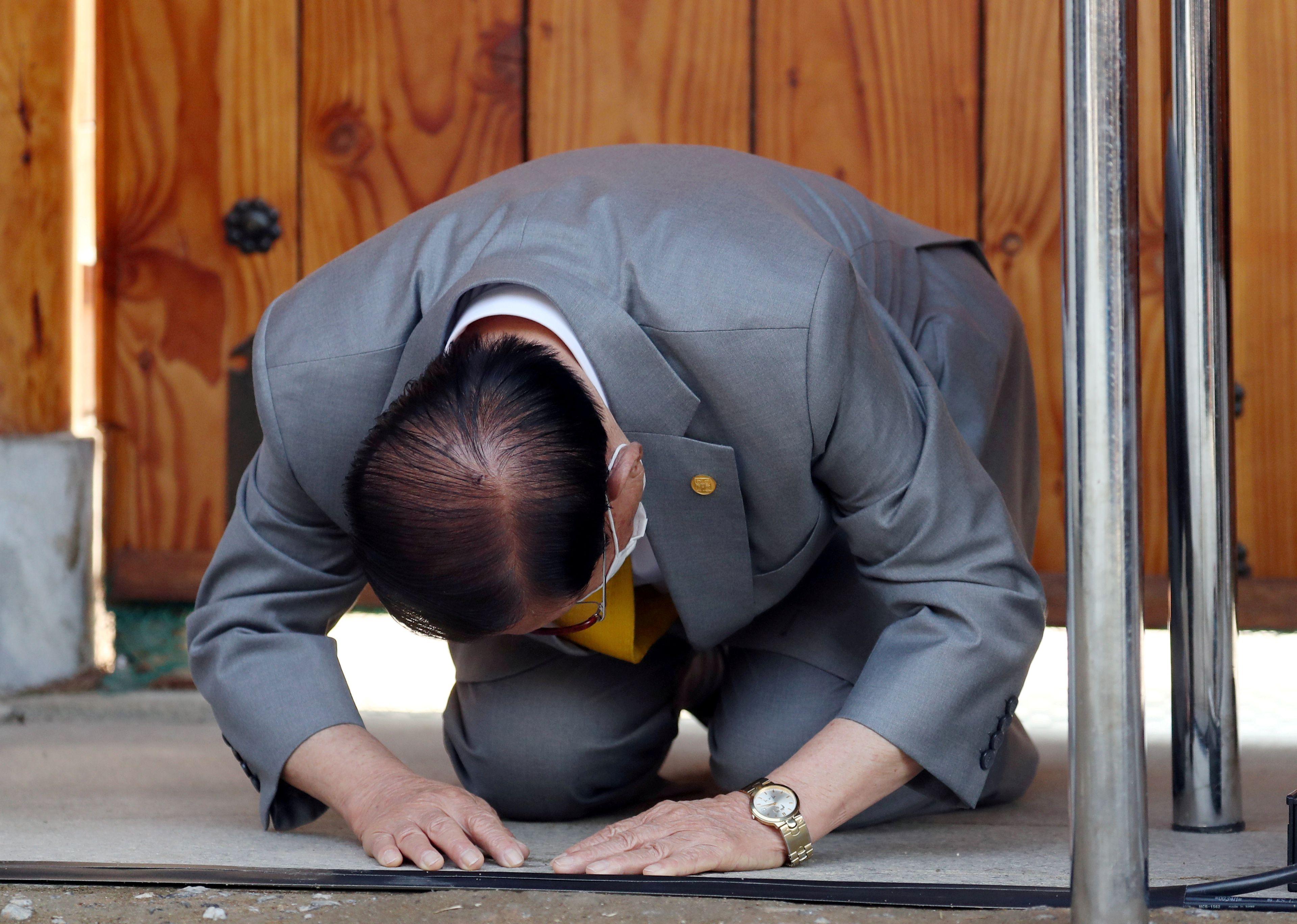 Lee Man-hee se arrodilla para rezar como hacen habitualmente los fieles de la iglesia Shincheonji (Yonhap via REUTERS)