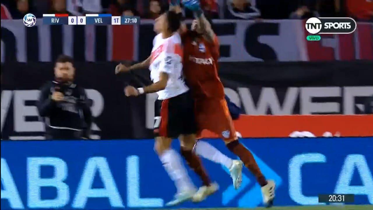 Suárez cabecea primero el balón y luego Hoyos provoca el contacto: la acción fue temeraria