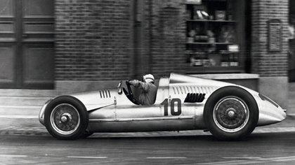 Hans Stuck, consejero de carreras y piloto predilecto del Führer, sobre un Type D.