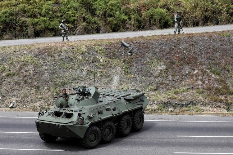 Un vehículo armado de la FANB bloquea una autopista durante los ejercicios militares en Caracas (REUTERS/Manaure Quintero)