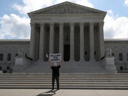 Un manifestante frente a la Corte Suprema de Estados Unidos (REUTERS/Leah Millis)