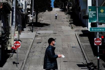"""La calles de San Francisco el 20 de marzo de 2020, un día después de que el Gobernador de California Gavin Newsom implementara una """"orden de permanecer en casa"""" en todo el estado ante la rápida propagación de la enfermedad del coronavirus (REUTERS/Shannon Stapleton)"""