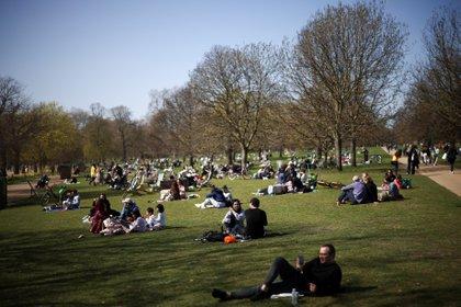 Los espacios públicos son el punto de encuentro ante la reciente relajación de las medidas de control en Reino Unido (Reuters)