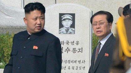 Kim Jong-un, junto a su tío Jong Song-thaek