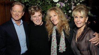 James Redford junto a su padre Robert Redford, su hermana Shauna Redford y la actriz Jane Fonda