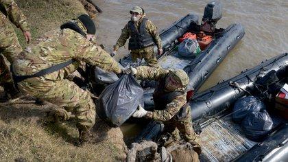 """La Armada Argentina, en el marco de la """"Operación General Belgrano"""" lleva varias semanas entregando asistencia alimentaria y sanitaria a los isleños bonaerenses. Foto: Fernando Calzada."""