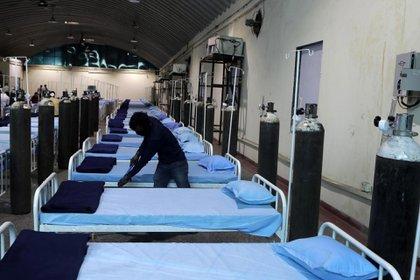 Un trabajador limpia un hospital C0VID-19 recién instalado en el Centro de Ciencias en Mumbai