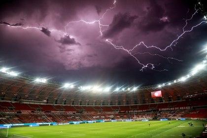 La impactante imagen previa al partido entre Inter y Boca: un rayo cae sobre el Beira Río (REUTERS/Silvio Avila)
