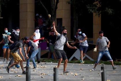Manifestantes y policías se enfrentaron hoy en la capital libanesa al poco de comenzar una protesta (REUTERS/Hannah McKay)
