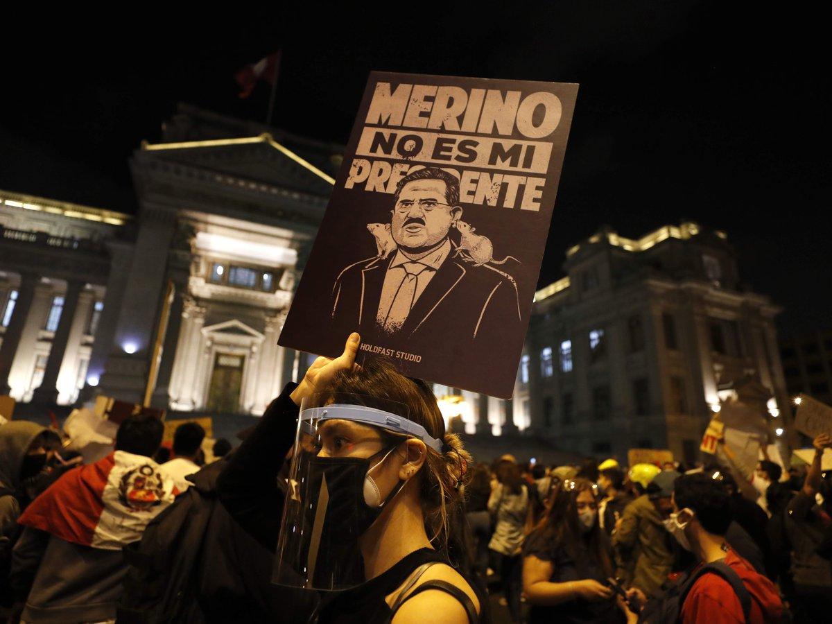 Fuerte enfrentamiento entre policías y manifestantes dejó al menos dos muertos y más de 100 heridos en Lima en las protestas contra el nuevo presidente - Infobae