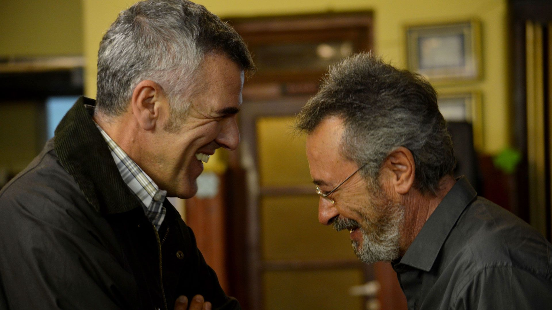 """Oscar Martínez en una escena de """"El ciudadano ilustre"""", con Dady Brieva"""
