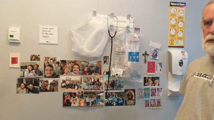 La gente que la quiere llevó fotos para pegarle en su habitación de hospital