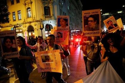 FOTO DE ARCHIVO-Manifestantes protestan en apoyo a un decreto destinado a detener la violencia doméstica, el femicidio y la violencia de género en Lima, Perú, 5 de abril del 2017. REUTERS/Guadalupe Pardo