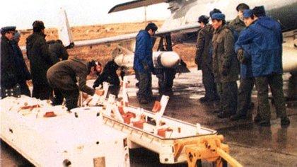 Carga de misiles Exocet en el Super Etendard, guerra de Malvinas