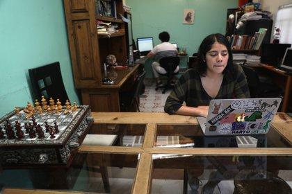 La desventaja para los estudiantes es la exigencia de continuar el aprendizaje a pesar de la pandemia por coronavirus, aseguraron (Foto: EFE/Sáshenka Gutiérrez)
