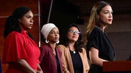 Los representantes Ayanna Pressley (D-MA), Ilhan Omar (D-MN), Rashida Tlaib (D-MI) y Alexandria Ocasio-Cortez (D-NY) celebran una conferencia de prensa después de que los demócratas en el Congreso de los EE.UU. condenaran formalmente los ataques del presidente Donald Trump contra las cuatro congresistas minoritarias en el Capitolio Hill en Washington, EE.UU., el 15 de julio de 2019 (REUTERS/Erin Scott).