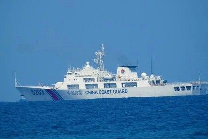 Un barco patrullero de la Guardia Costera China en el Mar de China Meridional, en una fotografía distribuida por la Guardia Costera de Filipinas el 15 de abril y tomada según la fuente el 13 o 14 de abril de 2021. Guardia Costera de Filipinas / Folleto vía REUTERS