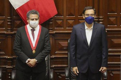 Martín Vizcarra (d) junto a Manuel Merino (i) (EFE/Paolo Aguilar/Archivo)