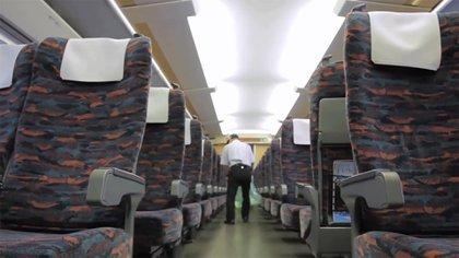 Los nuevos pasajeros ingresan a un tren recién limpio y con olor a perfume. ( AP - Meika Fujio)