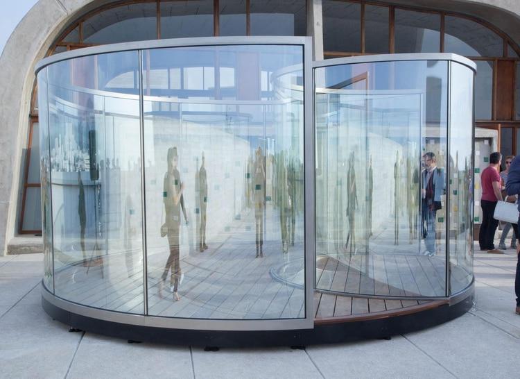 En agosto Dan Graham presentará una de sos pabellones vidriados en la explanada de Proa